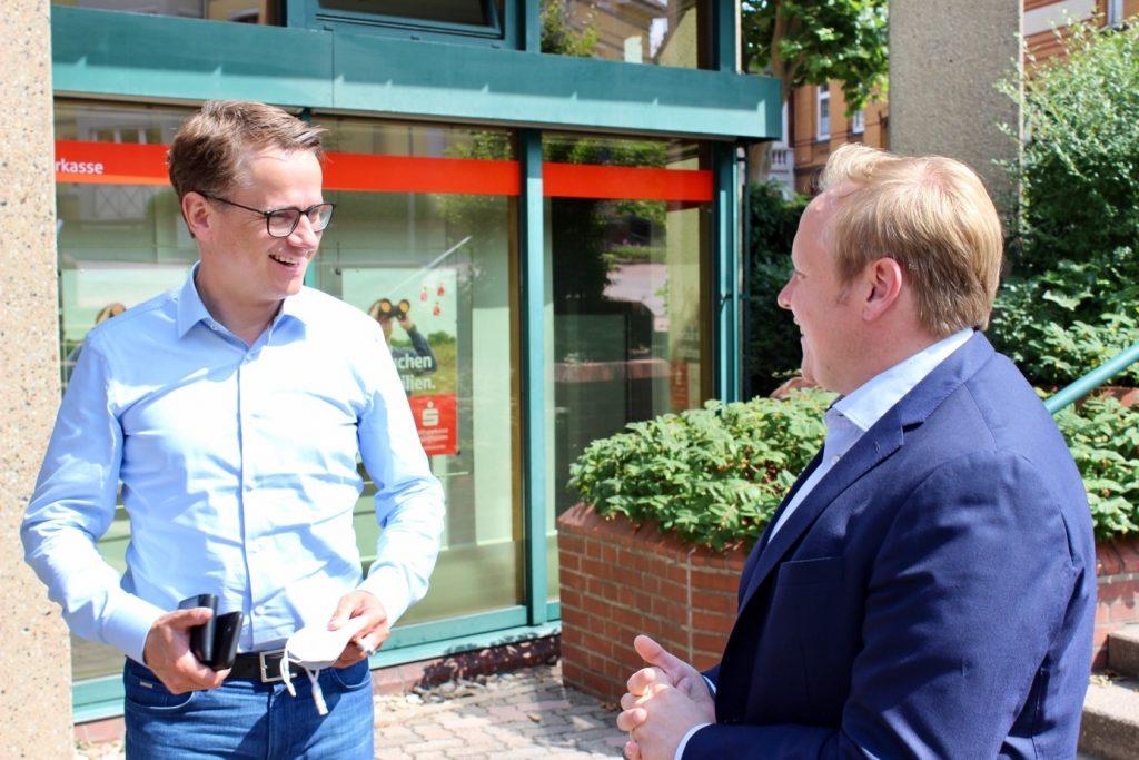 Dr. Carsten Linnemann und Tilman Kuban auf Stadtspaziergang in der Barsinghäuser Innenstadt